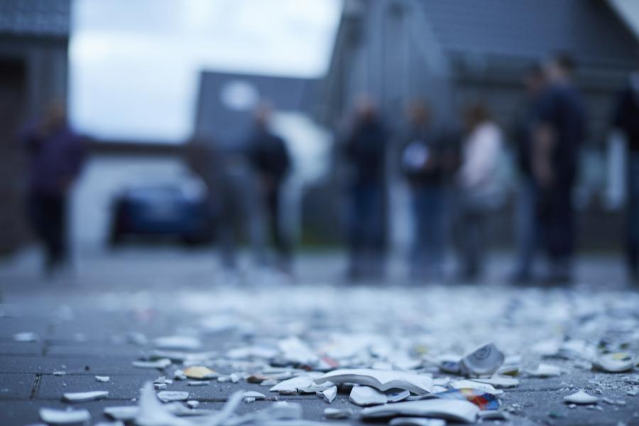Porzellanscherben auf dem Boden beim Polterabend