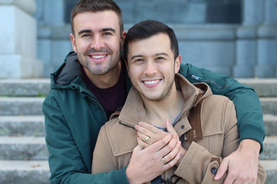 Gluecklich verheiratetes schwules Paar partnerringe-fuer-gleichgeschlechtliche-paare