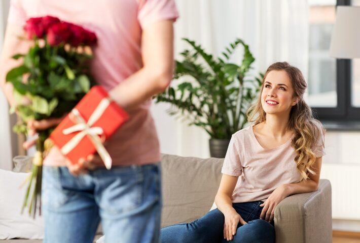 Mann übergibt ein Geschenk an die Frau
