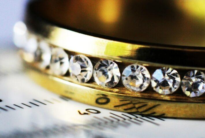 Ring mit Diamant auf einem Größenmesser