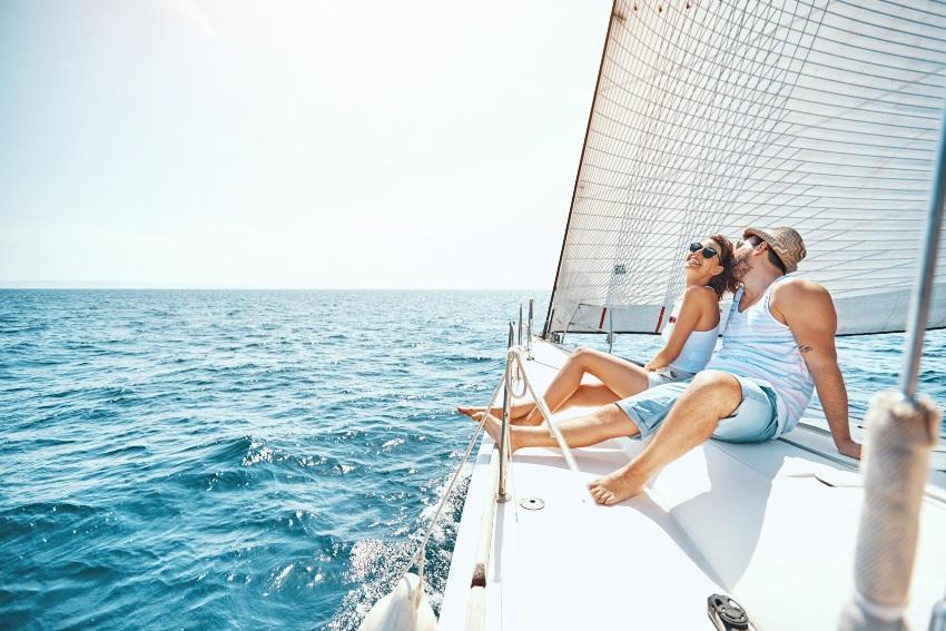 Paar auf einem Segelboot