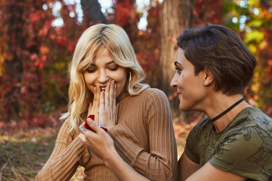 paar-lesbisch-ring-antrag-partnerringe-fuer-gleichgeschlechtliche-paare