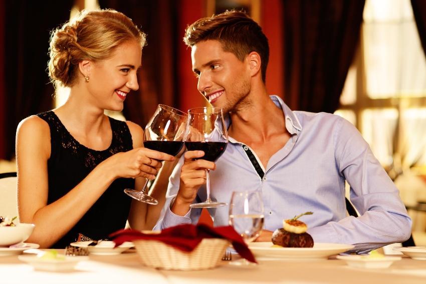 Ein junges Paar beim Dinner