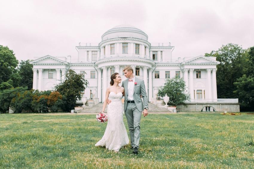 Brautpaar vor einem Schloss - Hochzeit im kleinen Kreis