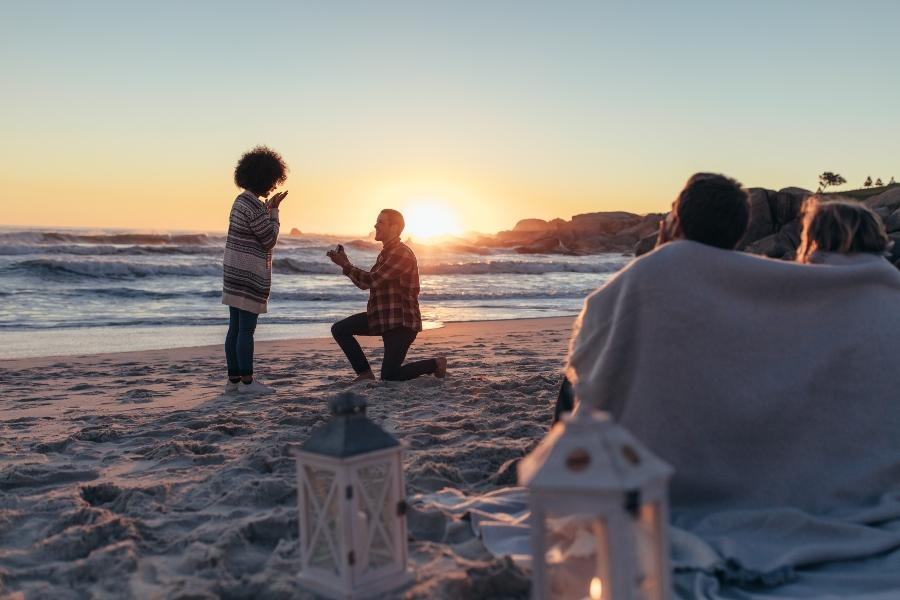 Zweisame Romantik oder eine ausgelassene Feier heiratsantrag-am-strand