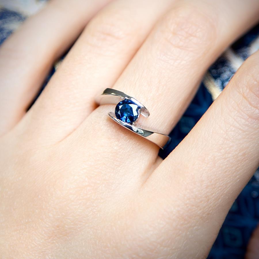 blauer-saphir-ring-21diamonds Ring mit Edelstein