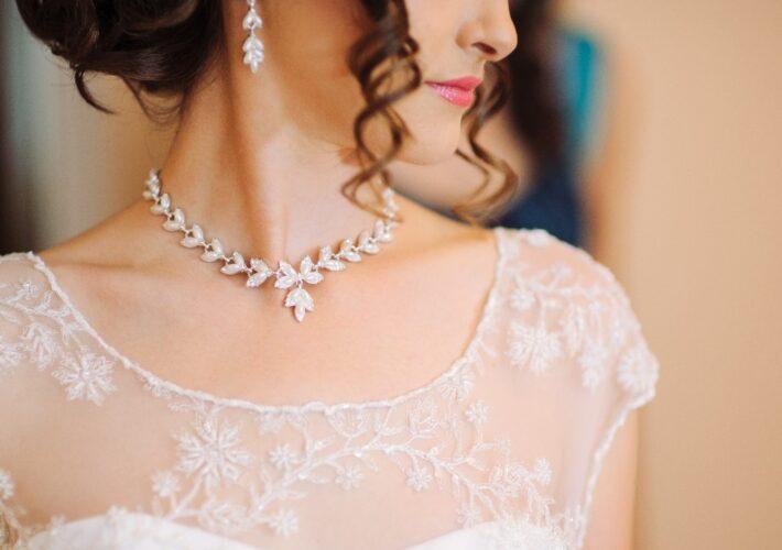 Frau mit Brautschmuck - Kette und Ohrringe