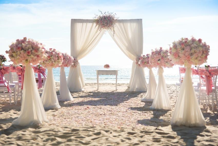 Traubogen und Blumendeko am Strand