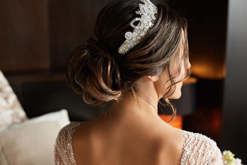 Ein Diadem als Brautschmuck für die Haare