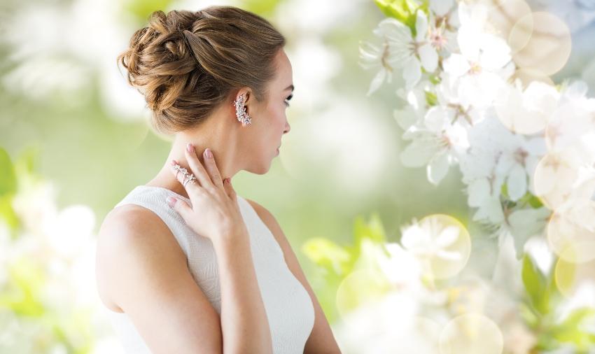Frau mit auffälligen Ohrringen