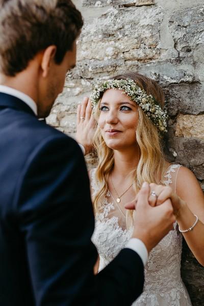 Braut mit zartem Brautschmuck