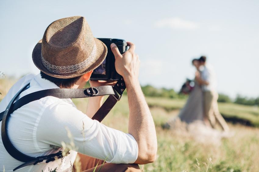 Fotograf fotografiert ein Paar