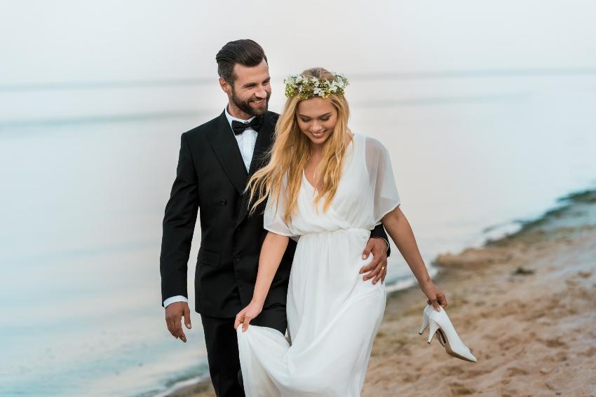 Paar am Strand in Hochzeitskleidung