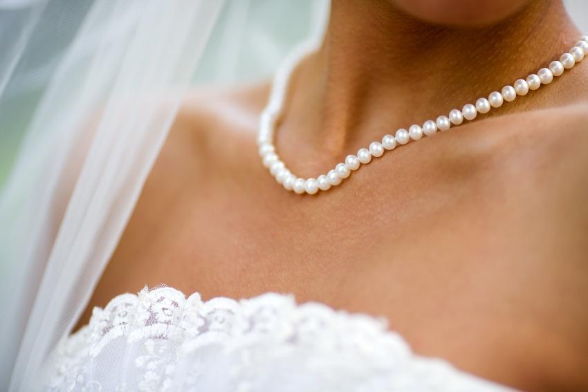Perlenkette und Schleier als Brautschmuck