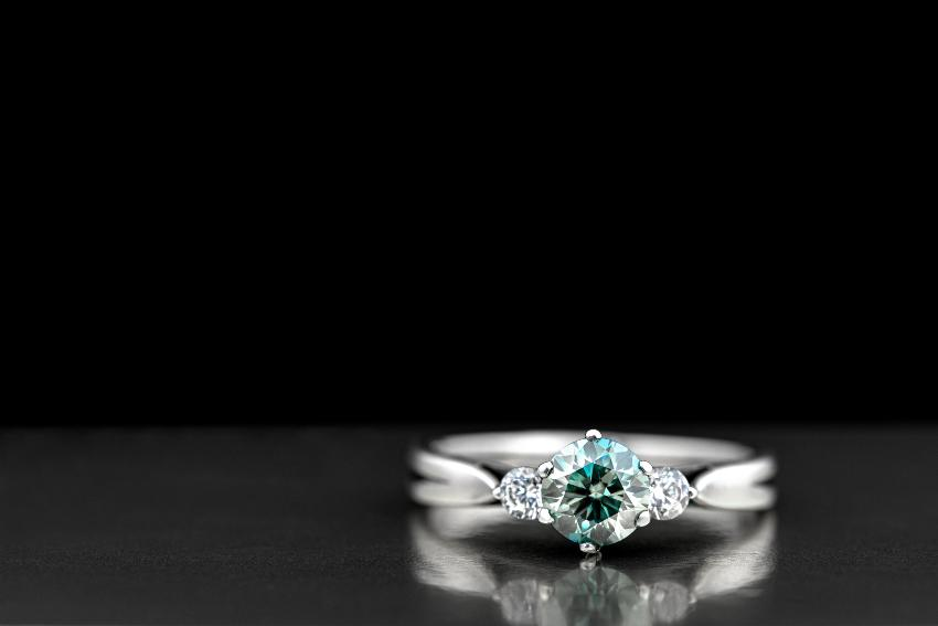 Trilogie-Ring mit kleineren Diamanten