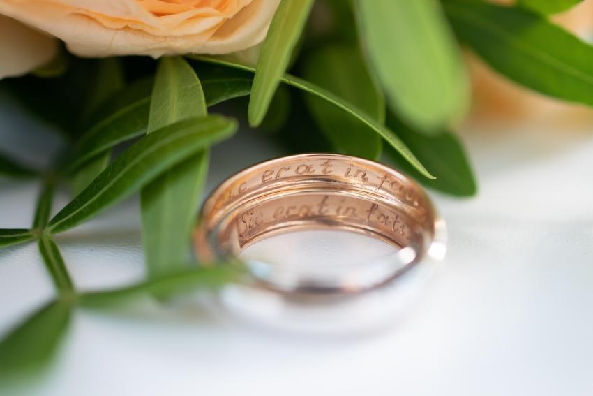 Lateinische Gravur in Ringen