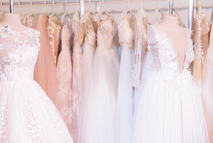 Hochzeitsmesse mit Kleidern