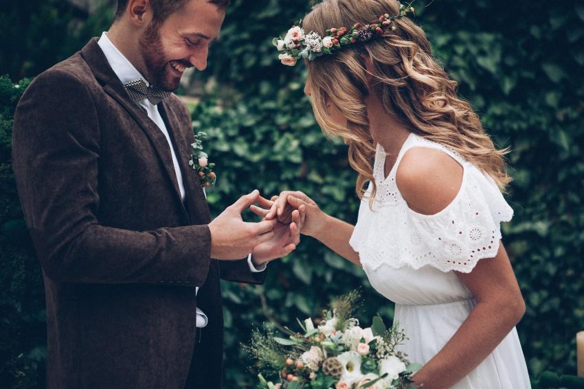 Ein Paar heiratet