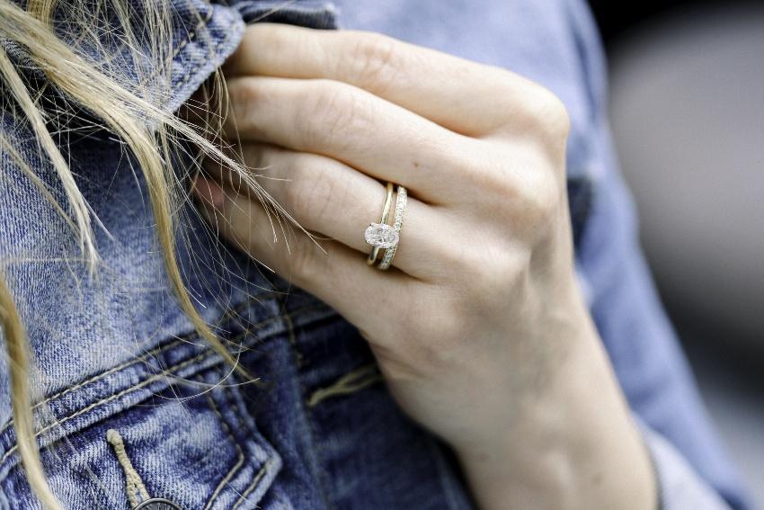 Dame mit einem Solitär-Verlobungsring