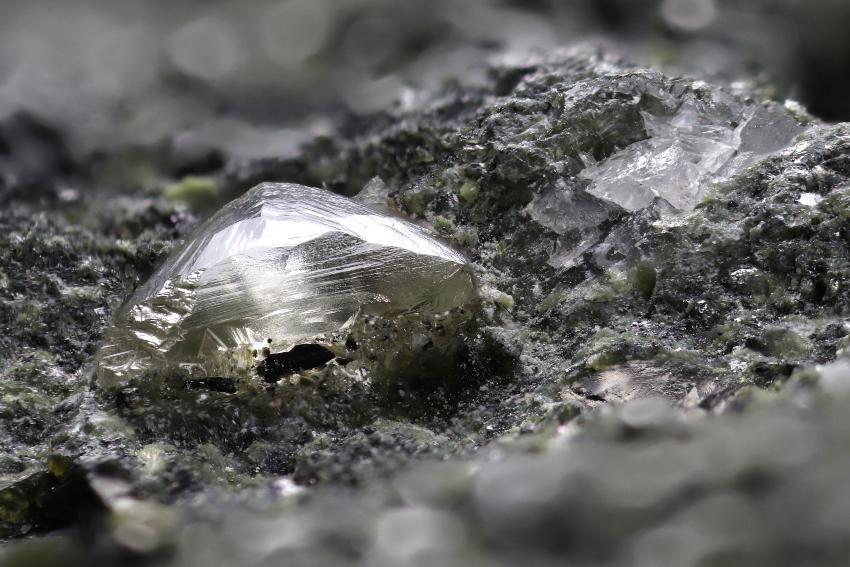 Ein Diamant in Kimberlite-Gestein 4Cs der Diamanten