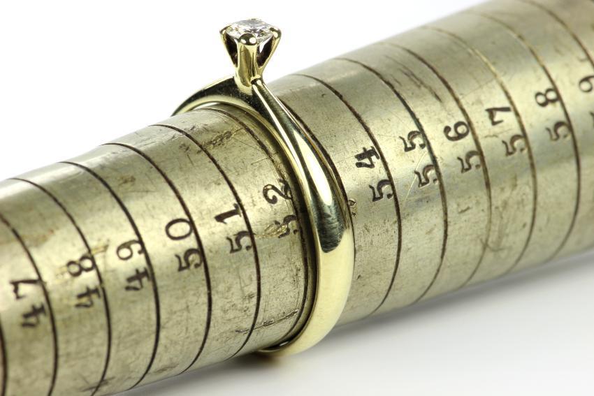 Auf einem speziellen Messchieber, der dazu dient die Ringgröße zu bestimmen, prangt ein prächtiger Solitärring