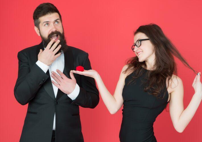 Frau präsentiert Verlobungsring für den Mann