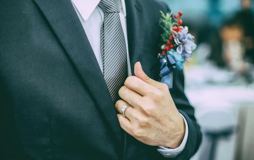 Mann mit Ehering