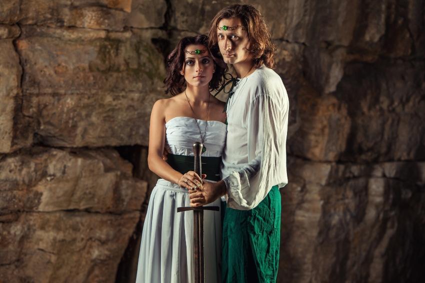 Mittelalterliches Ehepaar mit Schwert und Schmuck