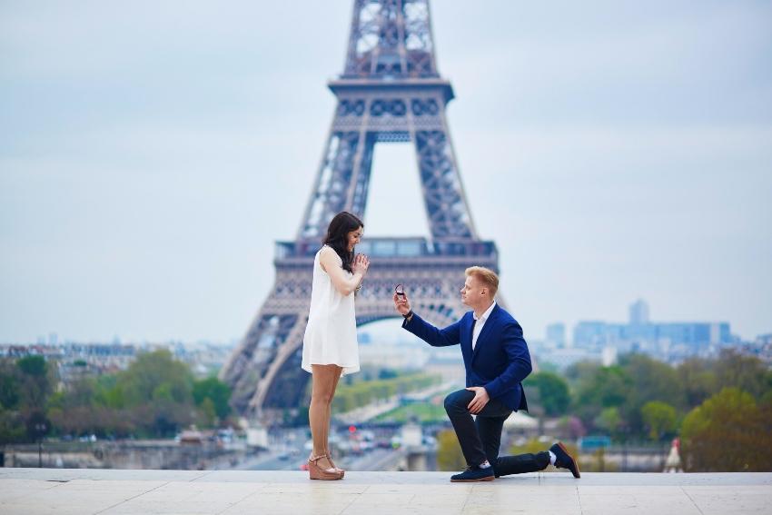 Heiratsantrag vor dem Eiffelturm