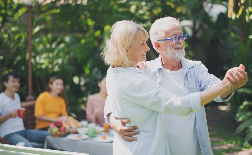 Älteres Ehepaar tanzt im Garten