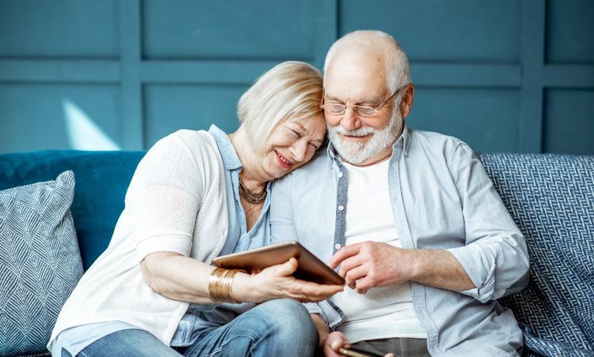 Altes Ehepaar betrachtet Laptop