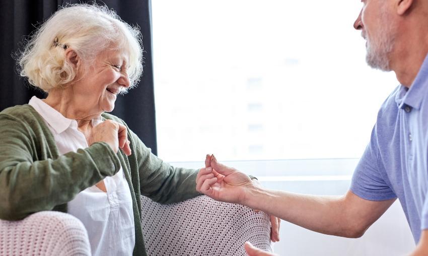 Ältere Herr überreicht älterer Dame einen Ring