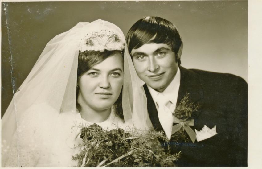 Schwarz-Weiß-Foto eines Hochzeitspaares in den 70er Jahren