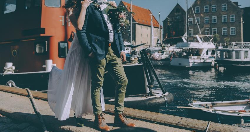 Junges Hochzeitspaar am Hafen - Heiraten in Dänemark