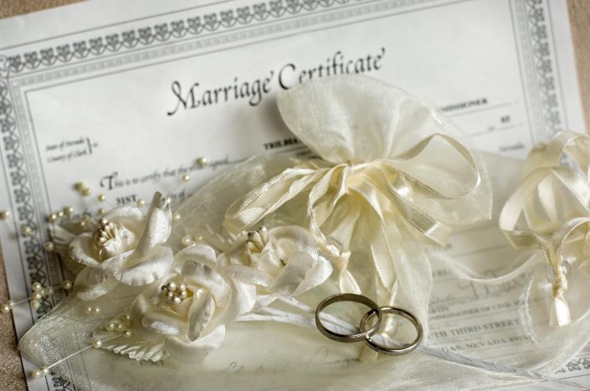 Heiratsurkunde mit Ringen - Heiraten in Dänemark