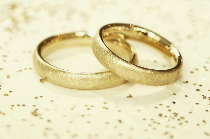 Klassische Eheringe in Gelbgold