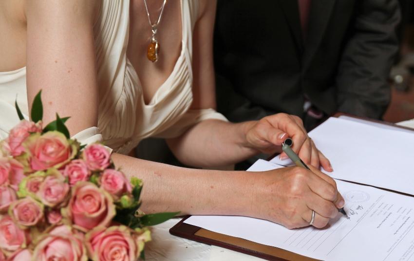 Braut unterschreibt Ehedokument