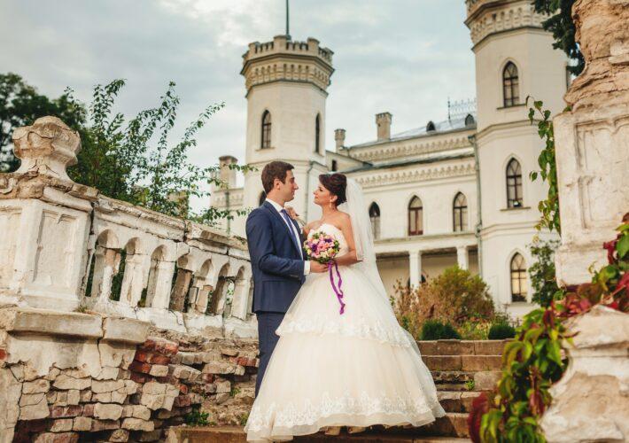 Hcohzeitspaar vor Schloss - Besondere Hochzeitslocations