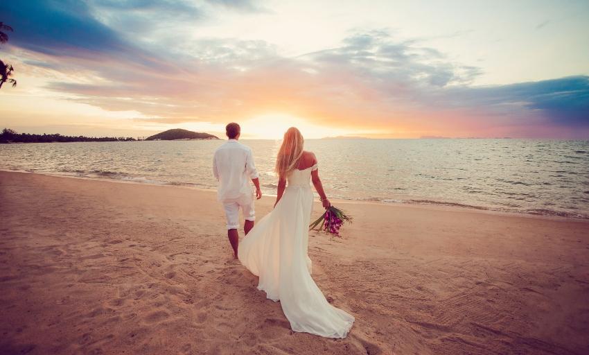 Brautpaar am idyllischen Strand - Besondere Hochzeitslocations