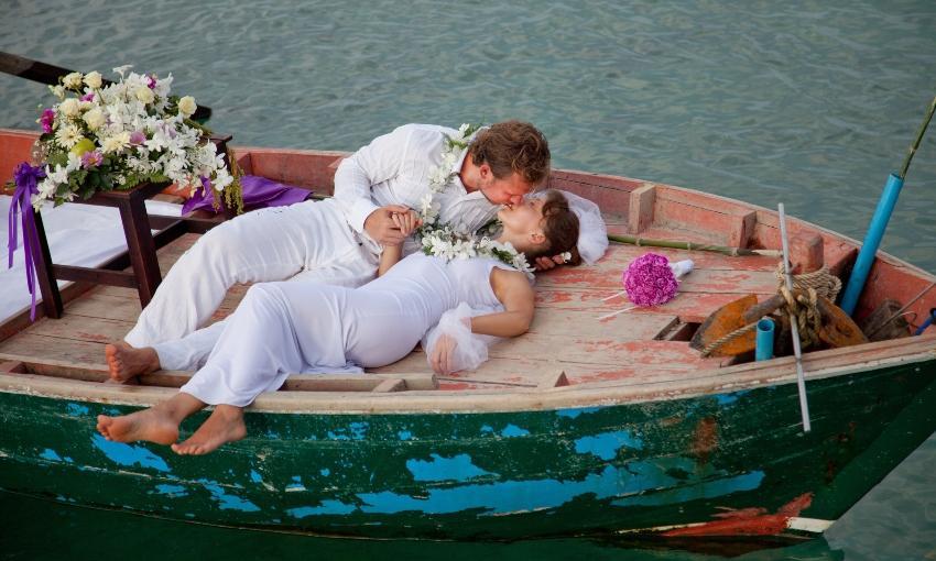 Junges Brautpaar auf kleinem Boot - Besondere Hochzeitslocations
