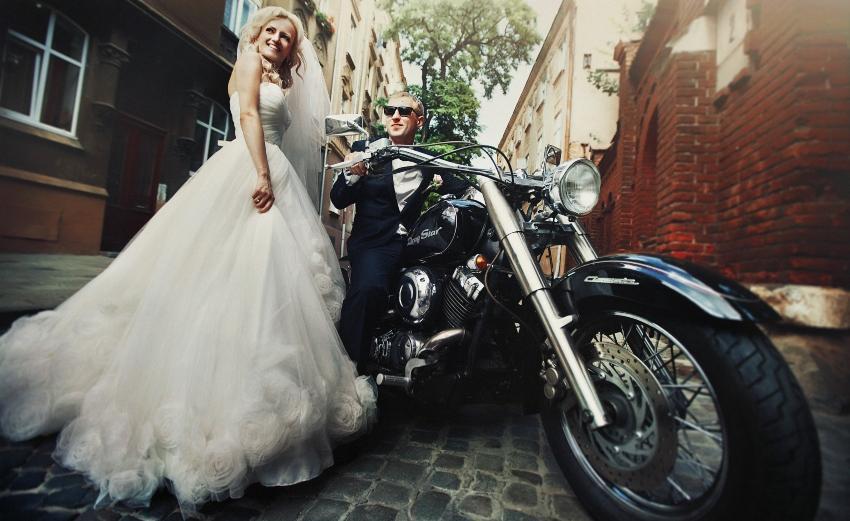 Brautpaar mit Motorrad