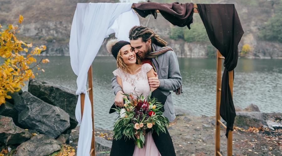 Unkonventioneller Kleidungstil eines Brautpaares - Bohemian-Hochzeit