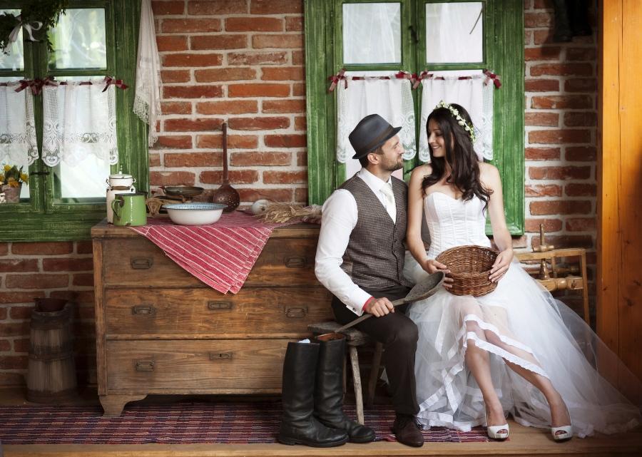 Brautpaar im Boho Stil sitzt in einem Landhaus