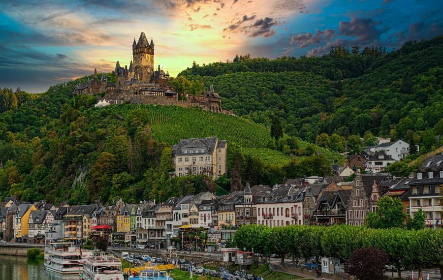 Panoramabild der Burg Eltz mit Mosel im Vordergrund