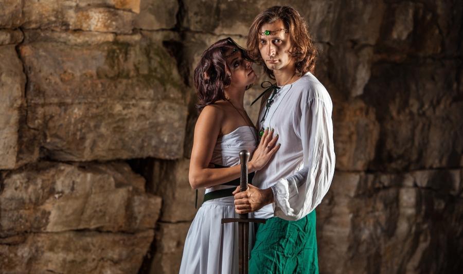 Junges brautpaar in Fantasy/Mittelalter-Outfit - Mittelalter-Hochzeit