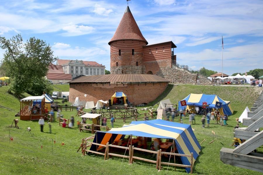 Mittelalterliche Zelte vor einer Burg