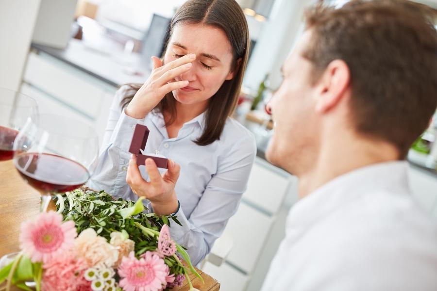 Junger Mann macht bei seiner Freundin einen Heiratsantrag