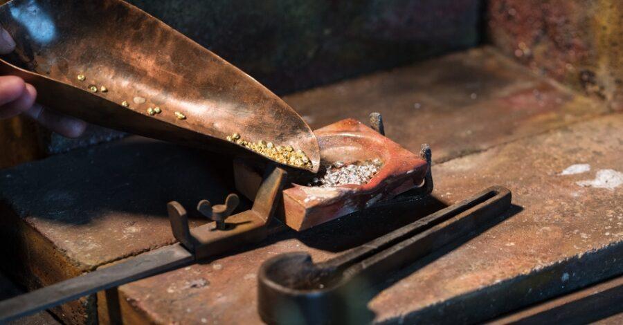 Vorbereitung einer Goldlegierung aus Gold und Silber