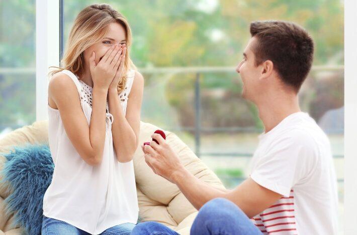 Junger Mann macht Heiratsantrag - Verlobung zu Hause