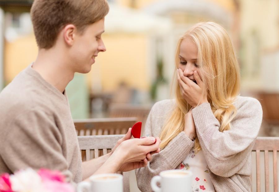 Junges Paar, Mann macht Hochzeitsantrag - Ideen für den Heiratsantrag